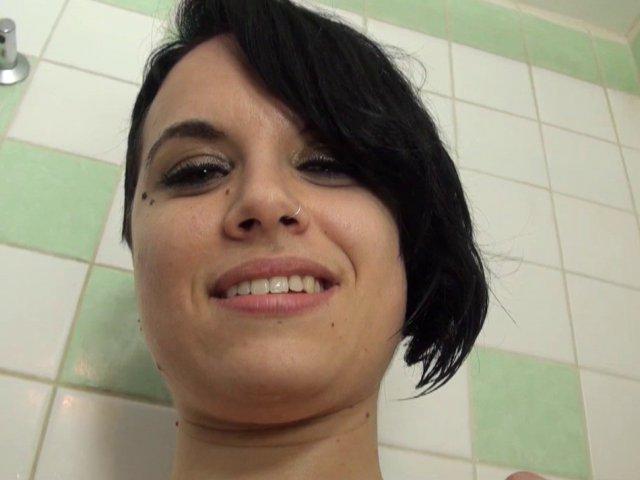 charmante brune sautée sous une douche
