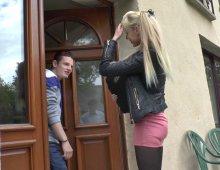 220x170 18 - Kimber, une étudiante nympho, se fait copieusement sodomiser par son copain.