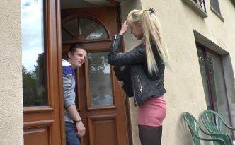 Kimber, une jolie blondinette court vêtue est venue chercher son chéri pour aller en cours