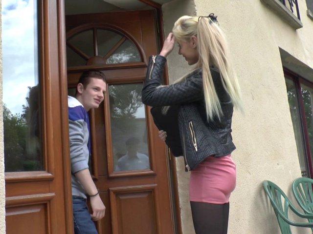 Kimber, une étudiante nympho, se fait copieusement sodomiser par son copain. - סרטי סקס