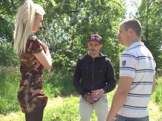 blonde de 18 ans au visage juvénile suce deux étrangers