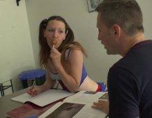 une étudiante allumeuse baise avec son prof particulier