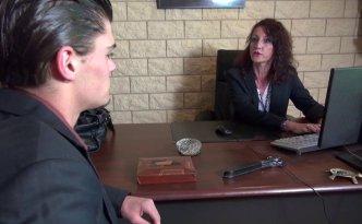 Lyna est une banquière et une patronne qui ne fait pas de concessions