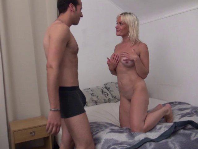 Mme martin, blonde fatale, récompense son homme à tout faire en écartant les cuisses! - סרטי סקס