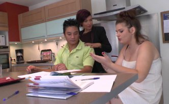 Pauline reçoit un camarade de classe pour l'aider à réviser ses maths