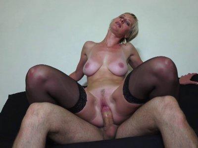 Une belle blonde mature se tape son plombier