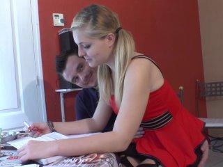 Une bachelière passe aux travaux pratiques sur le carrelage du salon!