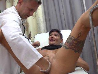 Comme un gynécologue examine la vidéo