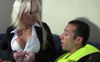 Thérèse n'est pas une patronne comme les autres, cette cougar blonde à gros seins est très exigeante en matière de confort de travail