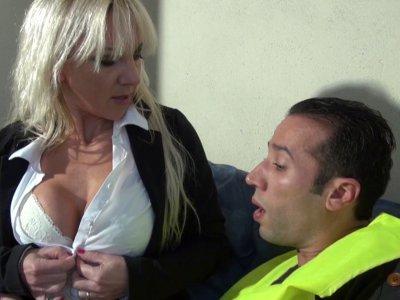 Thérèse n'est pas une patronne comme les autres, cette cougar blonde à gros sein