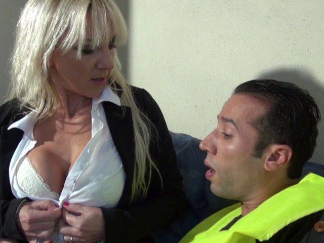 Thérèse, une patronne cougar qui offre son cul très facilement! - סרטי סקס