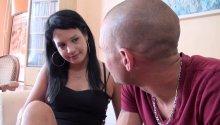 Maria, beurette nympho, aborde des inconnus sur son lieu de travail.