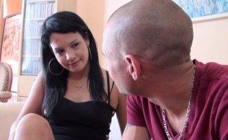 Maria, qui travaille à la mairie, aborde un inconnu , certaine d'avoir vu sa tête quelque part