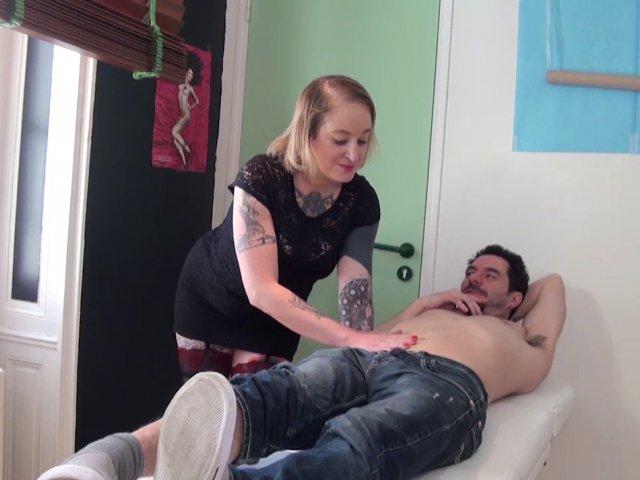 Une tatoueuse très cochonne