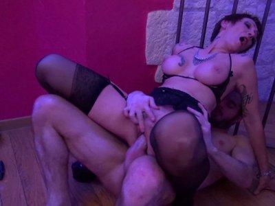 Deux femmes mûres nymphomanes prennent du bon temps dans un club libertin