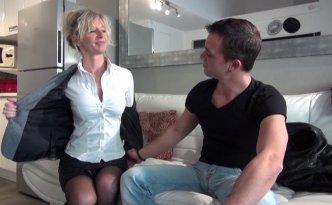 Marina, femme mûre blonde aux gros seins et à l'appétit sexuel inassouvi travaille dans une agence immobilière