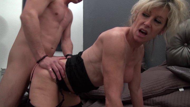 Femme mure blonde aux gros lolos s'offre la teub d'un petit jeune