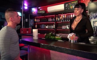 Titaina est barmaid dans un petit bar coquin du sud de la France