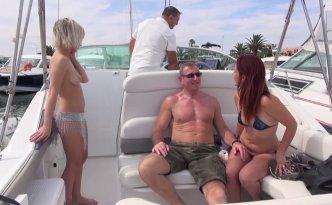 Guy et Barbara ont réservé une journée en mer hors du commun pour profiter un maximum du soleil et surtout des plaisirs de la chair 100% naturiste