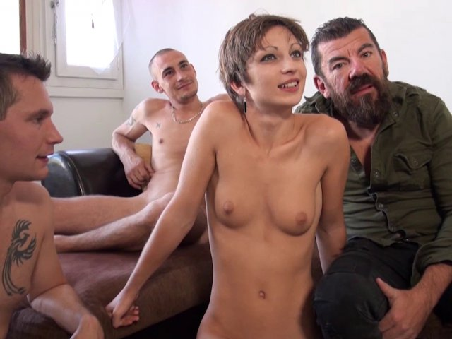 Jeune femme se fait défoncer l'anus dans une partouze