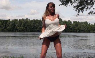 Tiffany, stripteaseuse de 22 ans, n'est vraiment pas pudique, alors on a pu tourner son casting au bord d'un lac au risque de se faire surprendre par les passants