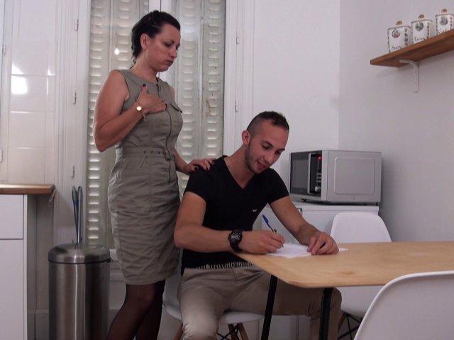 Léonie, prof cougar motive son jeune élève - סרטי סקס