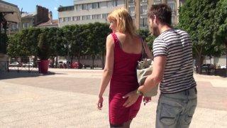 Anna, jeune fliquette parisienne, nous laisse lui déflorer l'anus !