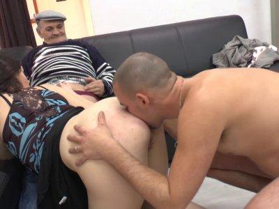 Papy pervers baise une pute qui sonne à la porte