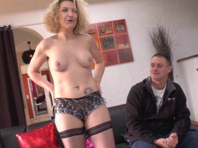 Candice a rendez vous avec un couple de quadra obs�d�s par le cul! Elle, pr�nomm