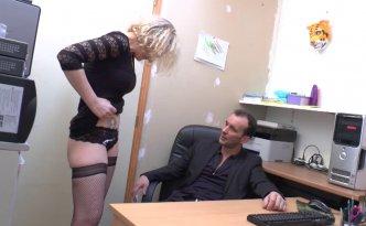 Cette secrétaire n'est pas vraiment une flèche niveau facturation mais son patron ne va pas se laisser abattre pour autant