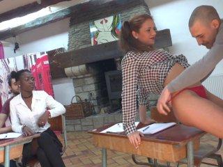 Jayna et Angelica sont en pleine révision pour l'examen de fin de trimestre en éducation sexuelle