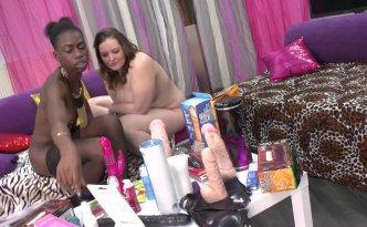 Jayna et Maeva préparent une soirée sextoys et ont déjà sorti tout le matos bien avant l'arrivée des copines