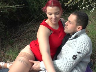 Gang-bang dans les bois pour une jeune rousse très gourmande.