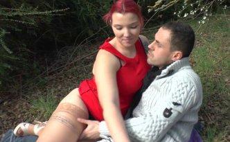 Un jeune couple se retrouve dans un petit bois pour baiser tranquillement