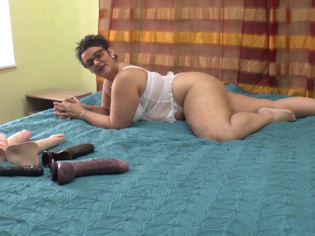 Une nana se fait plaisir avec toute une collection de godes énormes