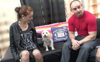 Papy et son petit-fils attendent du monde intéressé par l'adoption de leur chien