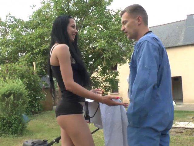 Une belle beurette s'offre une partie de sexe avec le jardinier