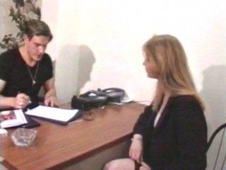 Casting impromptu d'une secrétaire qui la prend dans le cul