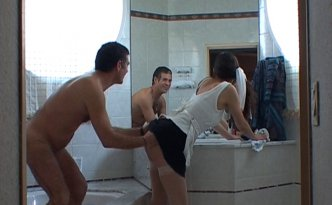 Une femme de ménage nettoie la salle de bain vêtue de ses portes jarretelles blancs résilles et sa mini jupe à ras du cul