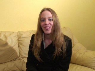 Blonde de 23 ans aime l'anal