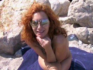 Jolie mature rousse baisée sur la plage