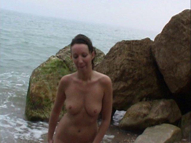 jeune maman baisée sur le sable