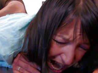 Carla se fait fister la moule et hurle très fort