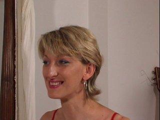 Casting d'une MILF blonde poilue de la moule