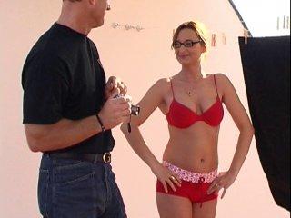 Eva tombe dans le piège et passe un casting porno à son insu