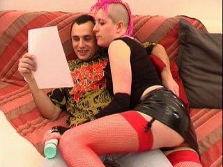 Casting porno d'une punk bi anale qui aime sucer !