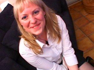Sodomie brutale d'une blonde en levrette