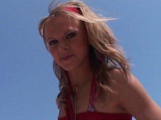 Une chica blonde aux beaux seins baisée sur la plage