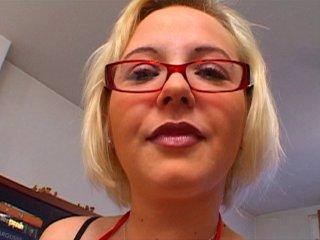 Amatrice blonde couine en plein casting
