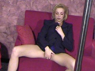 La blonde finit engluée de sperme dans la boite de nuit